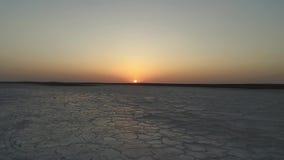 Nicw zmierzch lub wschód słońca powietrzny materiał filmowy suchy słone jezioro lub inny planeta materiał filmowy zbiory