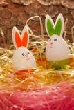 Nid coloré de Pâques avec deux oeufs Photo stock