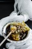 Nid d'abeilles dans une cuvette de vintage Photo stock