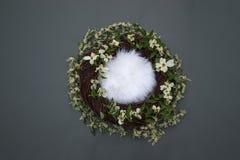 Nid d'imagination avec la literie molle et fleurs blanches décoratives sur g Photo stock
