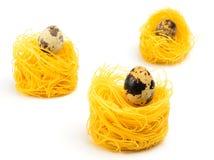 Nid de pâtes d'oeufs de trois Italiens sur le fond blanc Image libre de droits