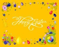 Nid heureux de Pâques de calligraphie de lettrage de main d'inscription de bannière avec les oeufs colorés, fond de jaune de tuli Image stock