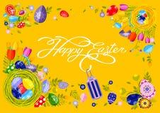 Nid heureux de Pâques de calligraphie de lettrage de main d'inscription de bannière avec les oeufs colorés, fond de jaune de tuli Images stock