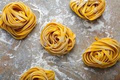 Nid italien de pâtes d'oeufs sur l'ardoise Photos libres de droits