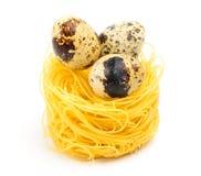 Nid italien de pâtes d'oeufs sur le fond blanc Photo stock