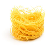 Nid italien de pâtes d'oeufs sur le fond blanc Photographie stock libre de droits