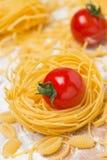 Nid italien de pâtes d'oeufs, tomates-cerises Photographie stock libre de droits