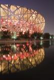 Nid lumineux du ` s d'oiseau le Stade Olympique Pékin la nuit Image libre de droits
