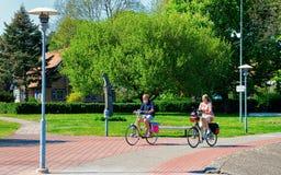 Nida, Λιθουανία - 10 Μαΐου 2016: Ανώτεροι άνθρωποι που οδηγούν ένα ποδήλατο Παραθεριστική πόλη της Nida κοντά σε Klaipeda σε Neri στοκ φωτογραφίες με δικαίωμα ελεύθερης χρήσης
