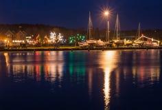 Nida fjärd på natten, en semesterortstad i Litauen Royaltyfria Bilder