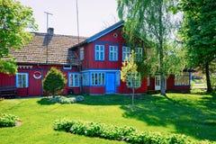 Nida, Lituânia - 10 de maio de 2016: Arquitetura da casa na estância turística de Nida perto de Klaipeda em Neringa o no mar Bált foto de stock