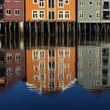 Nidelvarivier en oude pakhuizen, Trondheim, Noorwegen royalty-vrije stock afbeeldingen