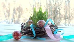 Nido con il gruppo di uova di Pasqua
