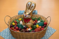 Nido di Pasqua per i bambini - dolci fotografia stock libera da diritti