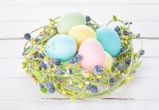 Nido di vimini con le uova di Pasqua Immagini Stock Libere da Diritti