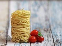 Nids italiens de Fettuccine de pâtes sur un fond en bois rustique photos libres de droits