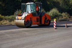 Nieść out napraw pracy: asfaltowy rolkowy sztaplowanie i odciskanie gorący kłaść asfalt Maszynowa naprawianie droga zdjęcia royalty free