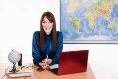 Nieśmiała dziewczyna w biurze agencja podróży fotografia royalty free