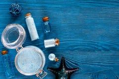 Nieżywego morza kosmetyki Morze sól, błękitna glina i płukanka na błękitnym drewnianym stołowym tło odgórnego widoku copyspace, Zdjęcia Royalty Free