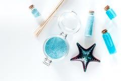 Nieżywego morza kosmetyki Morze sól, błękitna glina i płukanka na białym tło odgórnego widoku copyspace, Obraz Royalty Free