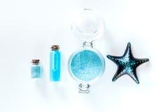 Nieżywego morza kosmetyki Morze sól, błękitna glina i płukanka na białym tło odgórnego widoku copyspace, Fotografia Stock