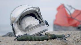 Nieżywy astronauta na planecie Czaszka od głowy w hełmie kłama na piasku morzem Niepokojący przez przypadek zbiory