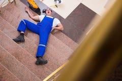 Nieżywy kontrahenta pracownik powalać z schodków zdjęcie stock