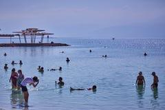 Nieżywy morze - 24 05 2017: Nieżywy morze, Izrael, turysty pływanie w w Zdjęcie Stock