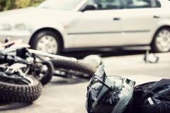 Nieżywy motocyklista na drodze po ruchu drogowego incydentu z samochodem obrazy stock