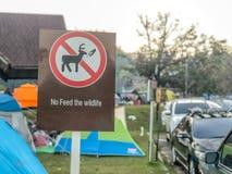 Nie żywieniowy znak z campingu i parking samochodowego tłem zdjęcie royalty free