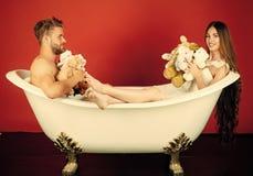 Nie dziecka ` s gry Chłopak i dziewczyna relaksujemy na czerwonym tle Fotografia Royalty Free