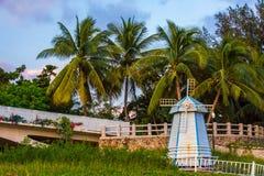 Nie istny młyn z drzewkami palmowymi i dryluje ogrodzenie fotografia royalty free