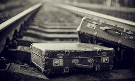 Nie koloru wizerunek przyschnięte walizki na poręczach Obrazy Stock