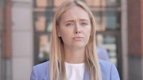 Nie, Młoda bizneswomanu chwiania głowa Odrzucać zbiory