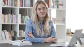 Nie, młodej kobiety chwiania głowa Odrzucać plan zbiory