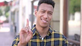 Nie, odrzucający młodego afrykańskiego mężczyzny falowania palec zdjęcie wideo