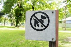 Nie psy pozwolić znaki, dowiedzionego w zielenieją parka Zdjęcie Stock