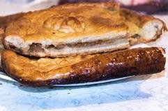 Nie słodki drożdżowy kulebiak z farszem Zdjęcia Royalty Free
