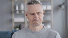 Nie, Szary Włosiany mężczyzna Odrzuca ofertę Trząść głowę zdjęcie wideo