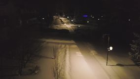 ?nie?yste ?cie?ki iluminowa? latarniami ulicznymi na zimy nocy klamerka Odg?rny widok latarnie uliczne w zima parku blisko zbiory wideo