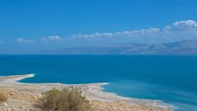 Nieżywy morze od Judejskiej pustyni w Izrael góry w Jordania Fotografia Royalty Free
