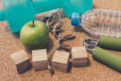 Nieatutowy mieszkanie - Dumbbell, Świeży Apple, Pomiarowa taśma, woda mineralna, Zdjęcie Stock
