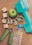 Nieatutowy mieszkanie - Dumbbell, Świeży Apple, Pomiarowa taśma, woda mineralna, Fotografia Royalty Free