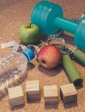 Nieatutowy mieszkanie - Dumbbell, Świeży Apple, Pomiarowa taśma, woda mineralna, Zdjęcia Stock