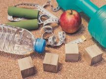 Nieatutowy mieszkanie - Dumbbell, Świeży Apple, Pomiarowa taśma, woda mineralna, Obrazy Stock
