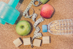 Nieatutowy mieszkanie - Dumbbell, Świeży Apple, Pomiarowa taśma, woda mineralna, Zdjęcia Royalty Free