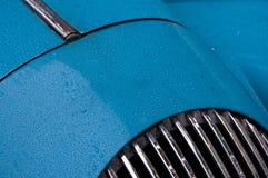 Nieba błękita sportów klasyczny samochód z raindrops Obraz Royalty Free