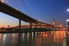 Nieba chao struktury skrzyżowania przyciągania Asia nadrzeczny krajobraz iluminuje wodnej mrocznej bhumibol krzyża scenerii wielk zdjęcia royalty free