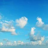 nieba, chmury pierzastej i cumulusu chmury, Obrazy Royalty Free