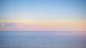 Nieba tło na zmierzchu, nadbrzeże składu projekta elementu natury raj Panoramiczny zmierzchu nieba tło Taganrog zatoka, Azov morz Zdjęcie Royalty Free